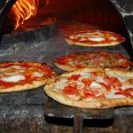Pizza italienne authentique: différents goûts et saveurs.